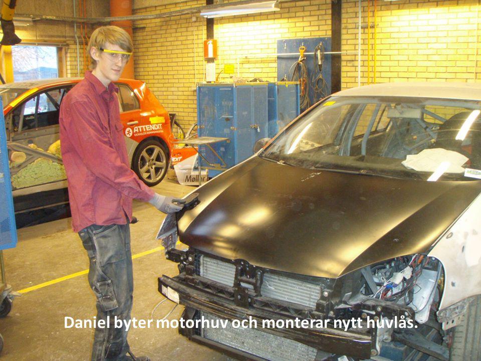 Daniel byter motorhuv och monterar nytt huvlås.