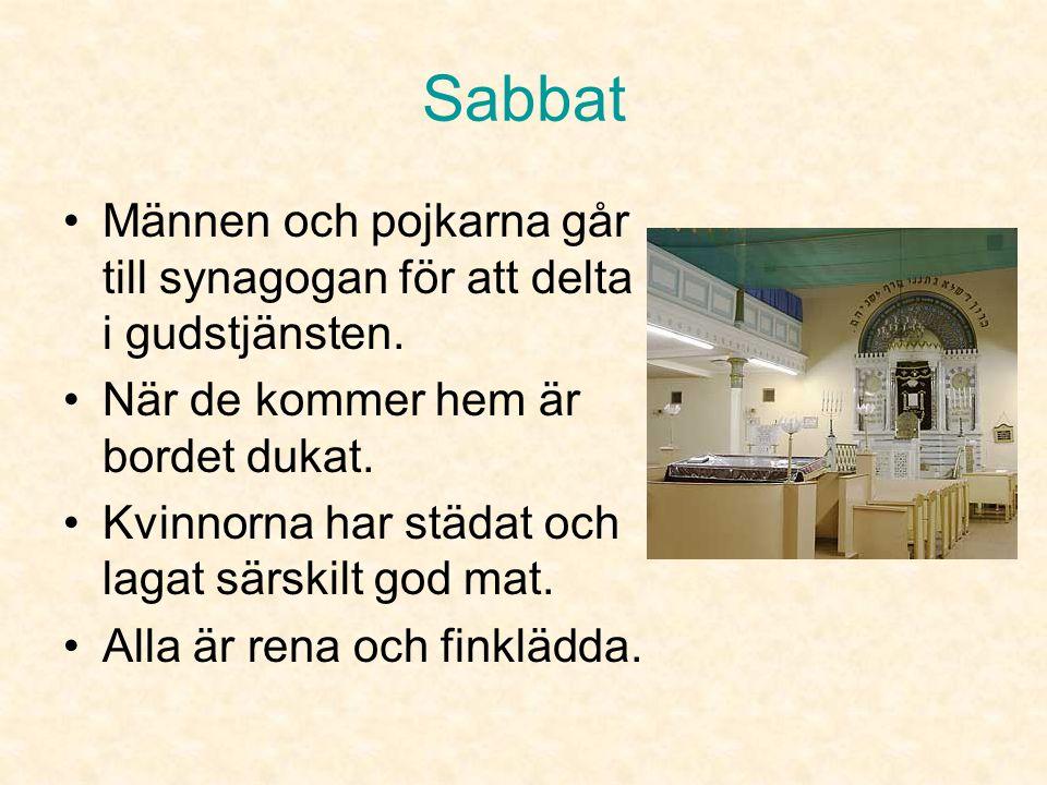 Sabbat Männen och pojkarna går till synagogan för att delta i gudstjänsten. När de kommer hem är bordet dukat.