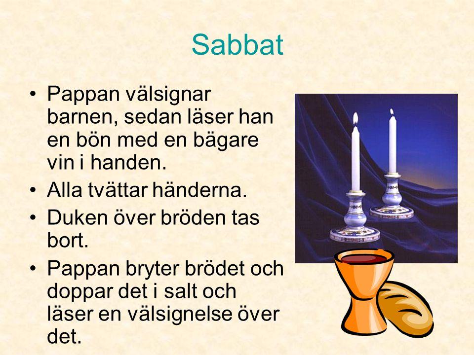 Sabbat Pappan välsignar barnen, sedan läser han en bön med en bägare vin i handen. Alla tvättar händerna.