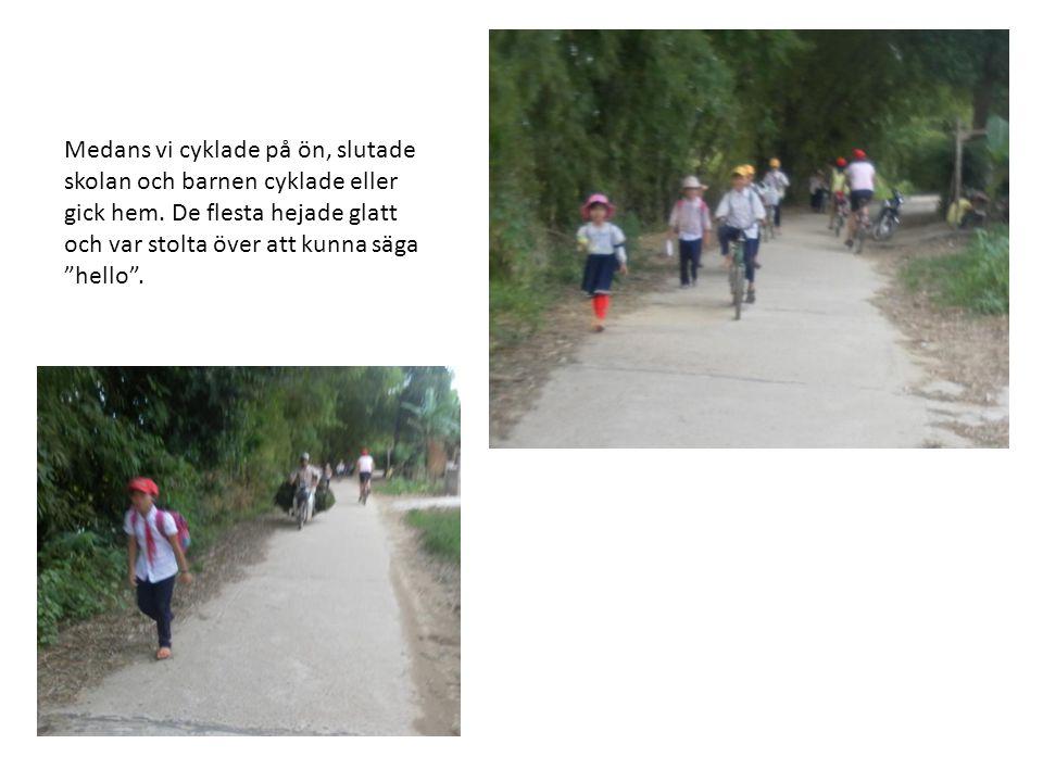 Medans vi cyklade på ön, slutade skolan och barnen cyklade eller gick hem.