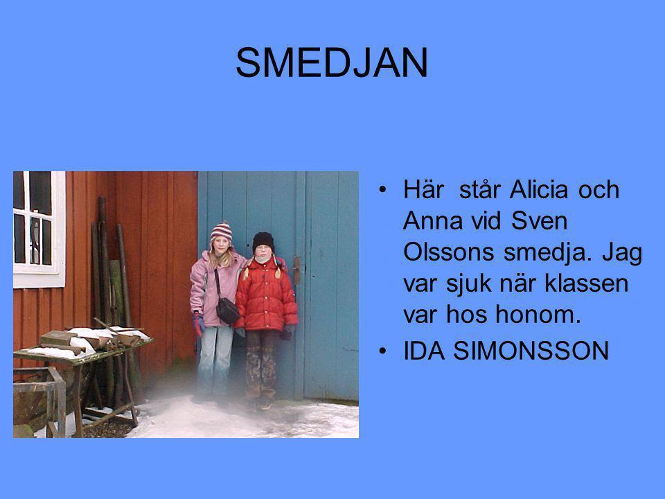 SMEDJAN Här står Alicia och Anna vid Sven Olssons smedja.