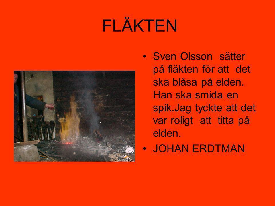 FLÄKTEN Sven Olsson sätter på fläkten för att det ska blåsa på elden. Han ska smida en spik.Jag tyckte att det var roligt att titta på elden.