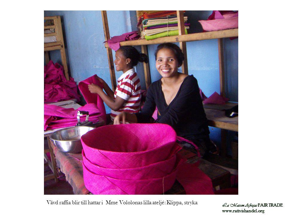 Vävd raffia blir till hattar i Mme Vololonas lilla ateljé: Klippa, stryka