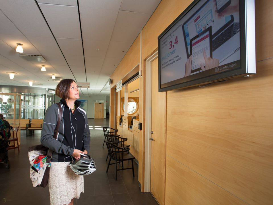 Bild på Info-PC från södra entrén med folk.