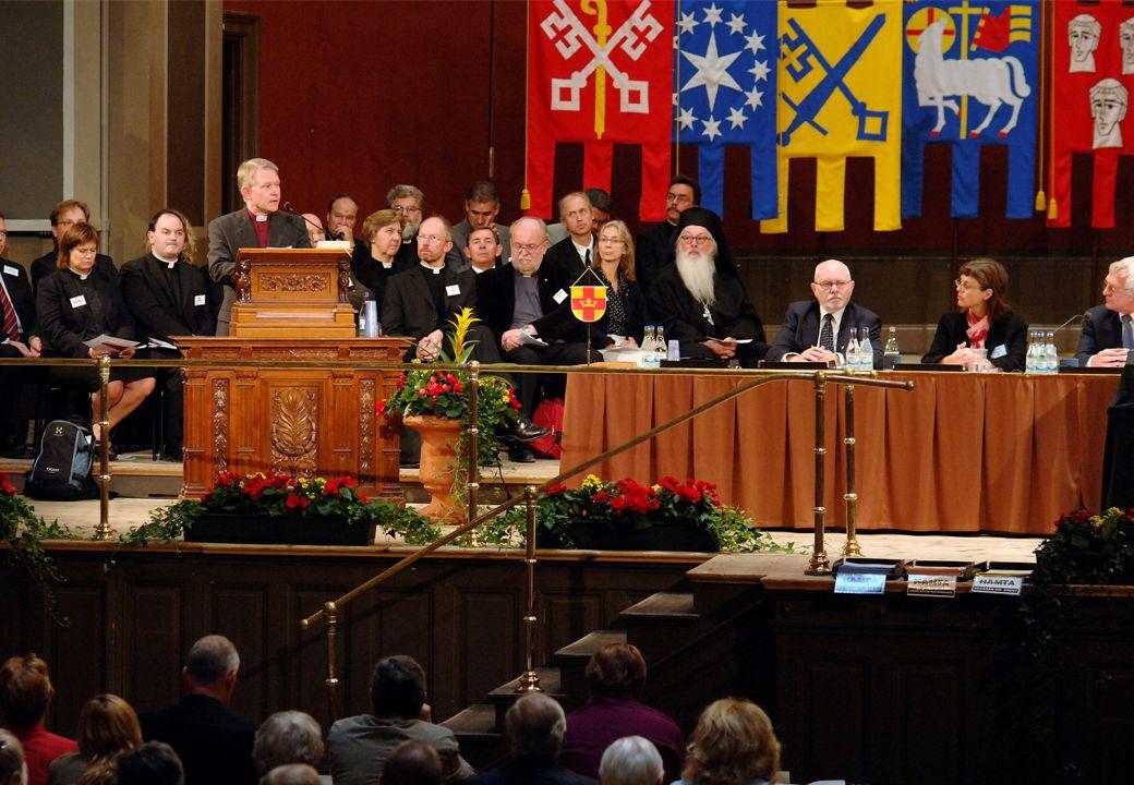 Som till exempel vid starten av årets kyrkomöte nu sista veckan i september. Det var då vår nye ärkebiskop Anders Wejryd höll sitt första linjetal, och gjorde han det på temat Närvaro, Öppenhet och Hopp. Och talade sedan om Skapelsen, kyrkan, samtalet, samspelet, diakonin, egen öppenhet och nåd. Så fungerar plattformen; den håller att ta spjärn mot och att också lägga till sitt eget. Bli personlig.