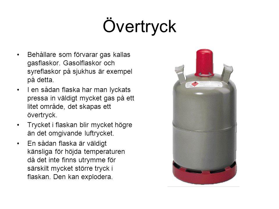 Övertryck Behållare som förvarar gas kallas gasflaskor. Gasolflaskor och syreflaskor på sjukhus är exempel på detta.