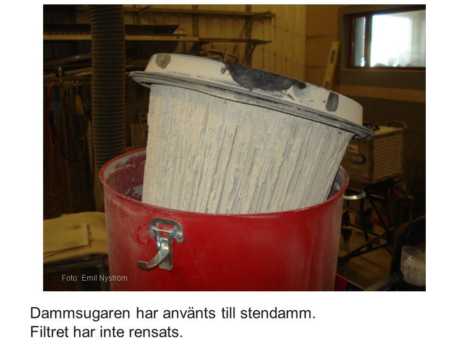 Maskiner måste skötas. Foto: Emil Nyström. Dammsugaren har använts till stendamm.