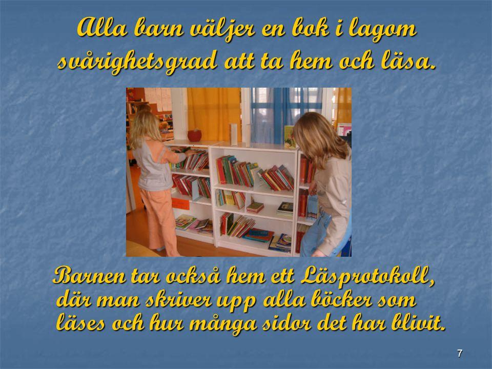 Alla barn väljer en bok i lagom svårighetsgrad att ta hem och läsa.