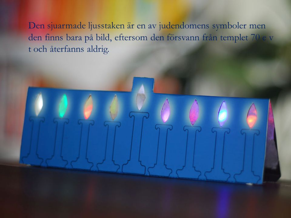 Den sjuarmade ljusstaken är en av judendomens symboler men den finns bara på bild, eftersom den försvann från templet 70 e v t och återfanns aldrig.