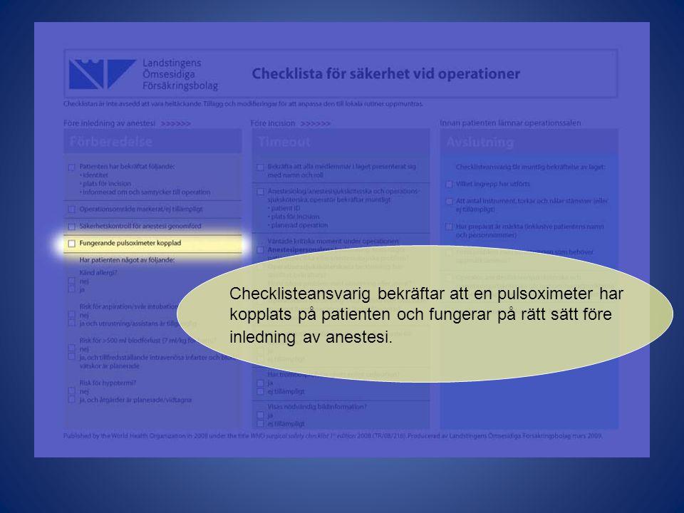 Checklisteansvarig bekräftar att en pulsoximeter har kopplats på patienten och fungerar på rätt sätt före inledning av anestesi.