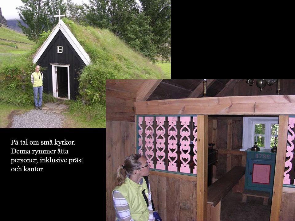 På tal om små kyrkor. Denna rymmer åtta personer, inklusive präst och kantor.