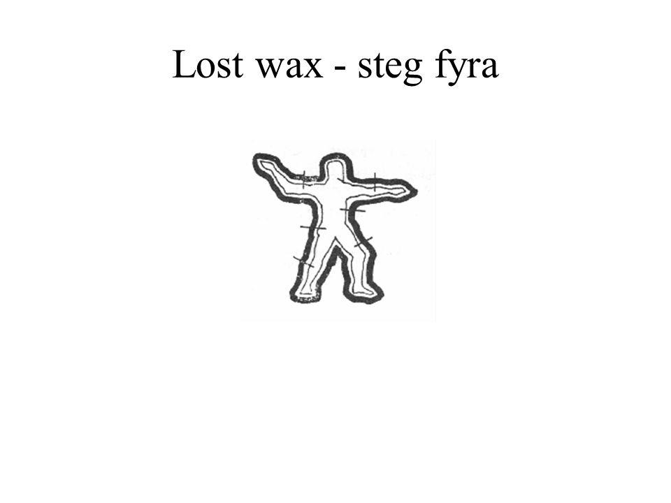 Lost wax - steg fyra Ämnet värms och vaxet får rinna ut.