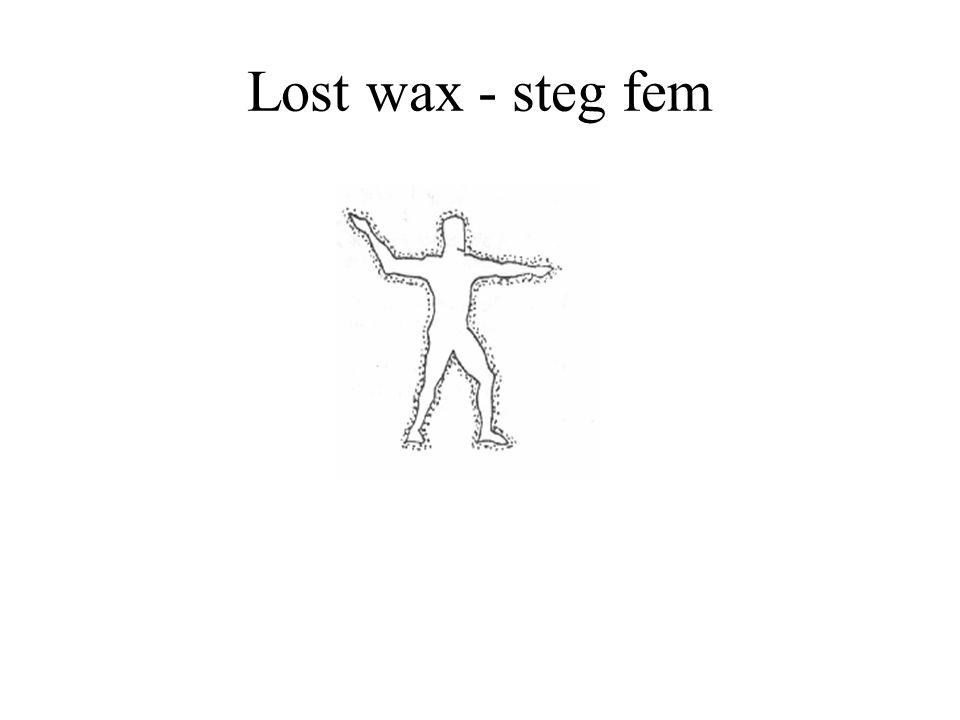 Lost wax - steg fem Lerhöljet knackan sönder och bronsytan bearbetas.