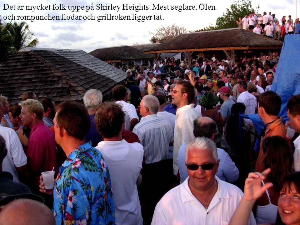 Det är mycket folk uppe på Shirley Heights. Mest seglare