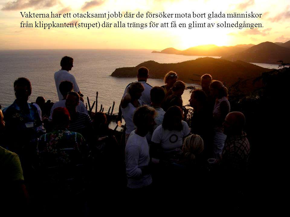 Vakterna har ett otacksamt jobb där de försöker mota bort glada människor från klippkanten (stupet) där alla trängs för att få en glimt av solnedgången.