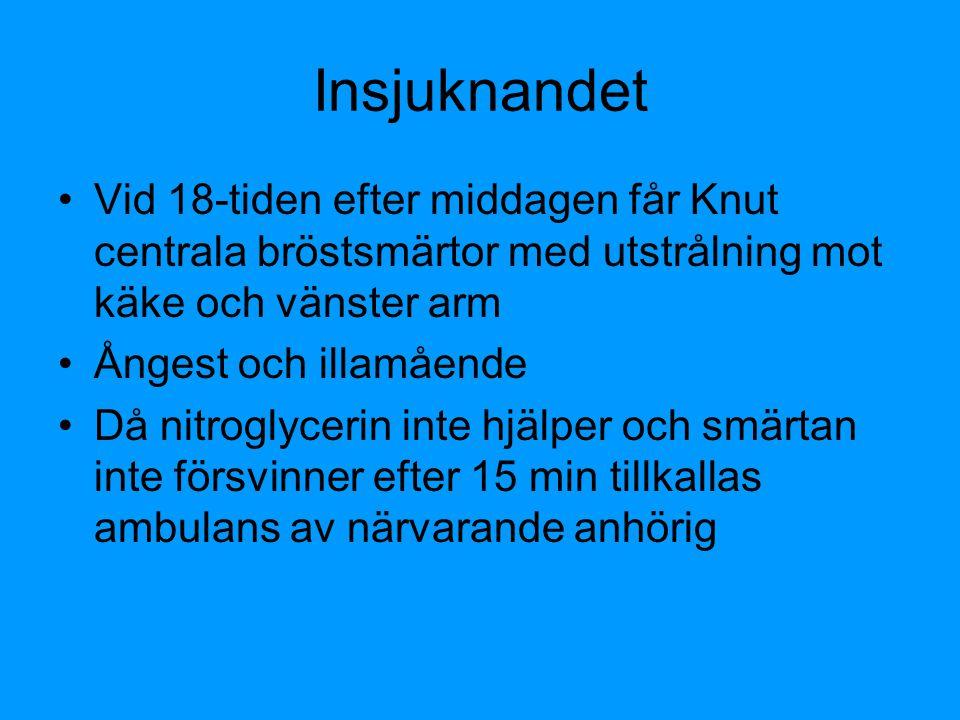 Insjuknandet Vid 18-tiden efter middagen får Knut centrala bröstsmärtor med utstrålning mot käke och vänster arm.