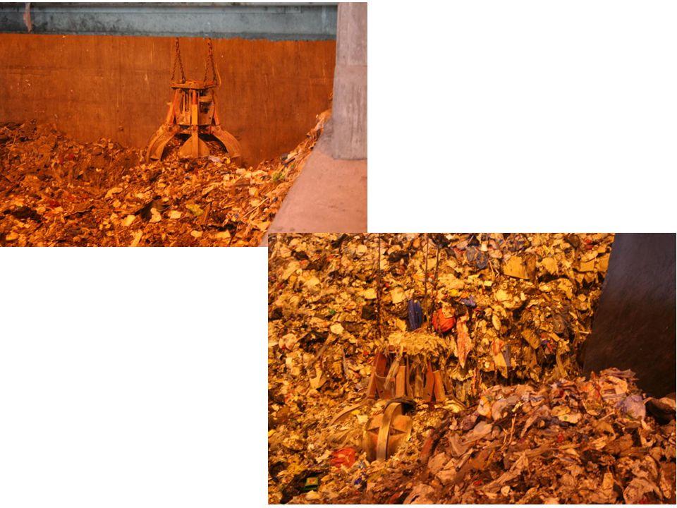 Soporna blandas runt med en stor klo och lyfts sedan in i den stora pannan