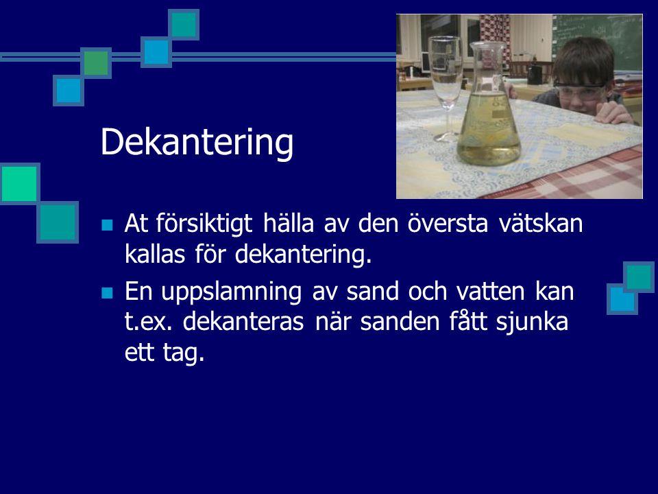 Dekantering At försiktigt hälla av den översta vätskan kallas för dekantering.