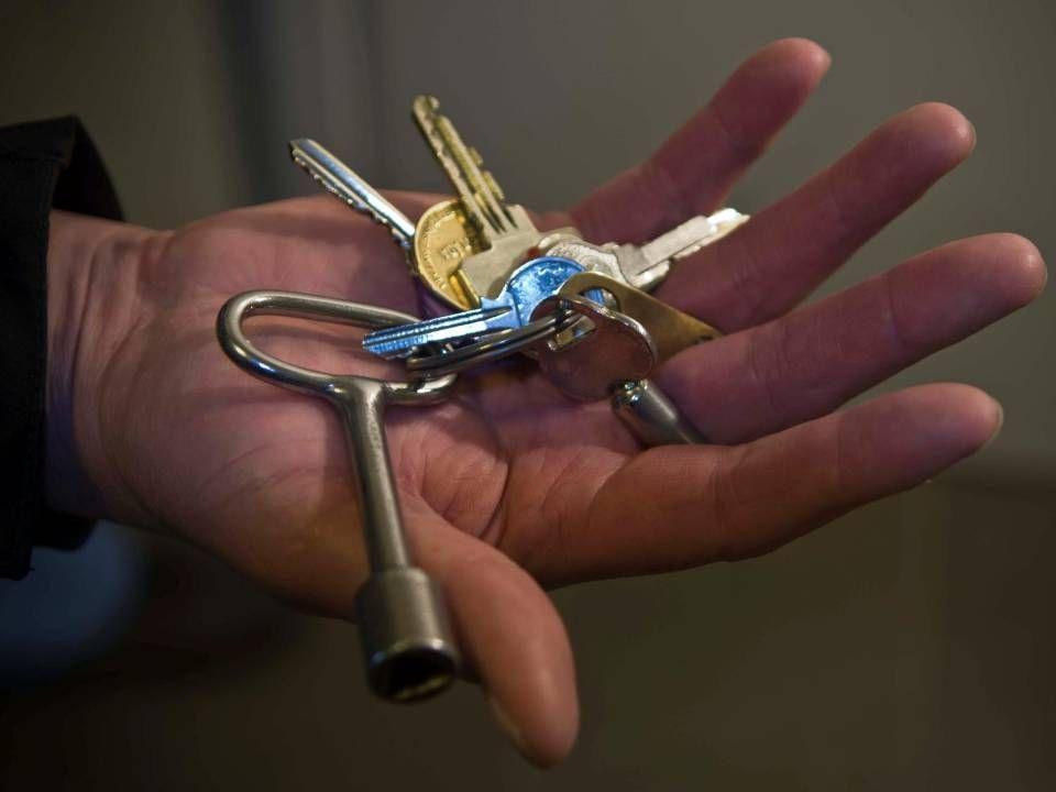Bild på handen med nycklarna
