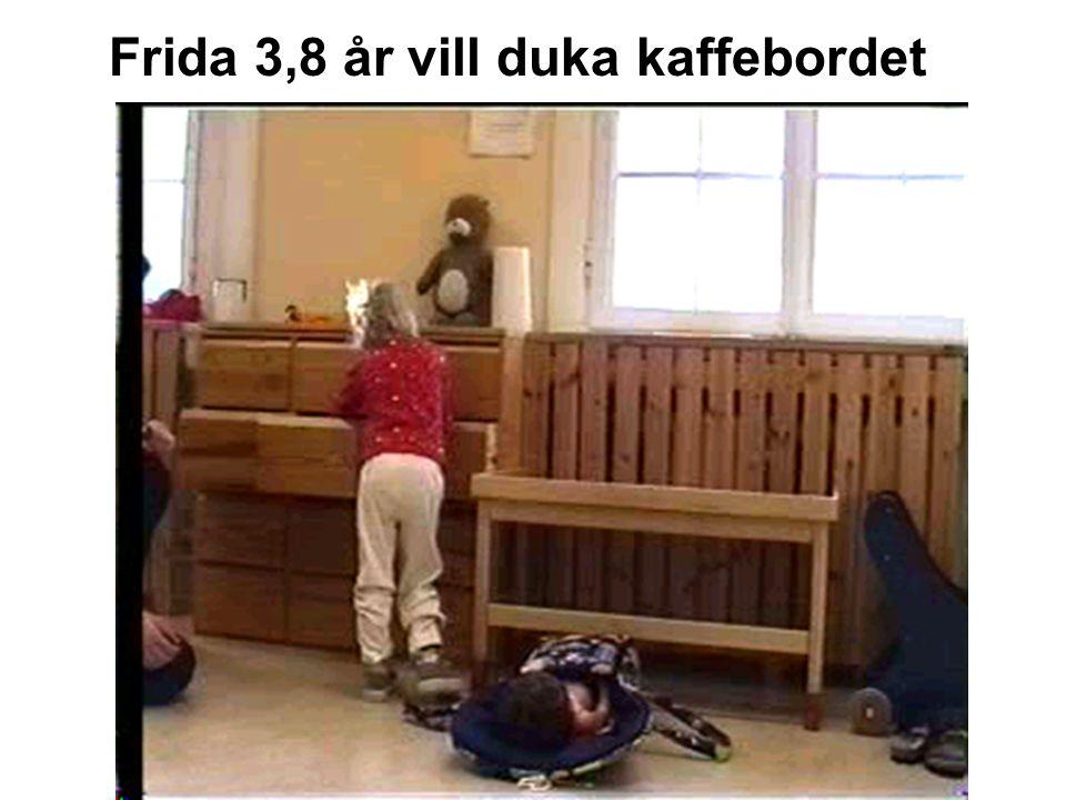 Frida 3,8 år vill duka kaffebordet
