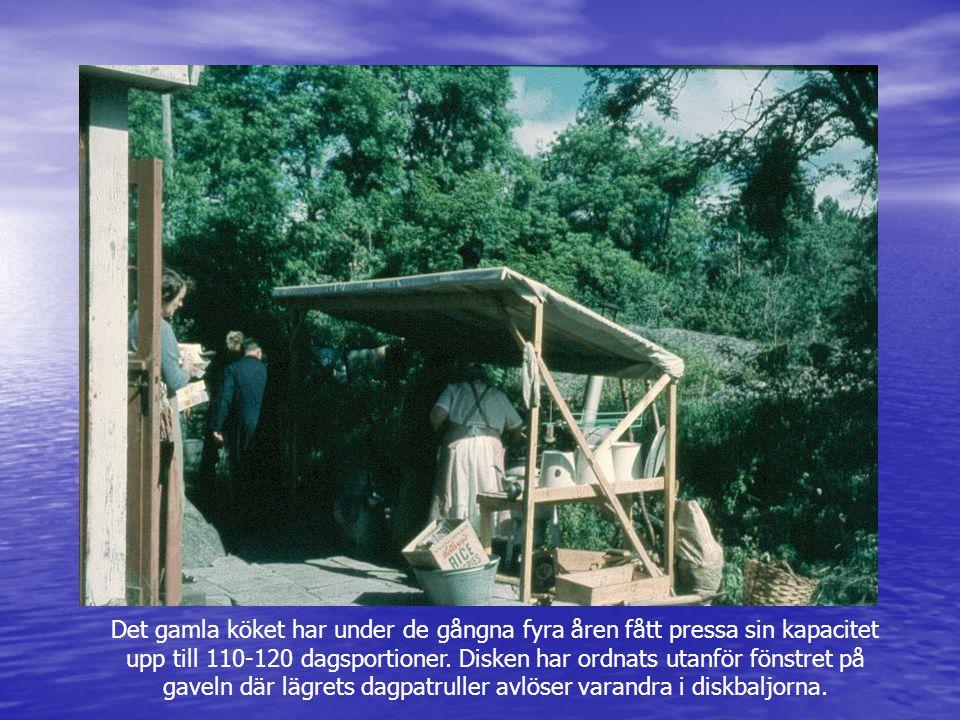 Det gamla köket har under de gångna fyra åren fått pressa sin kapacitet upp till 110-120 dagsportioner. Disken har ordnats utanför fönstret på gaveln där lägrets dagpatruller avlöser varandra i diskbaljorna.