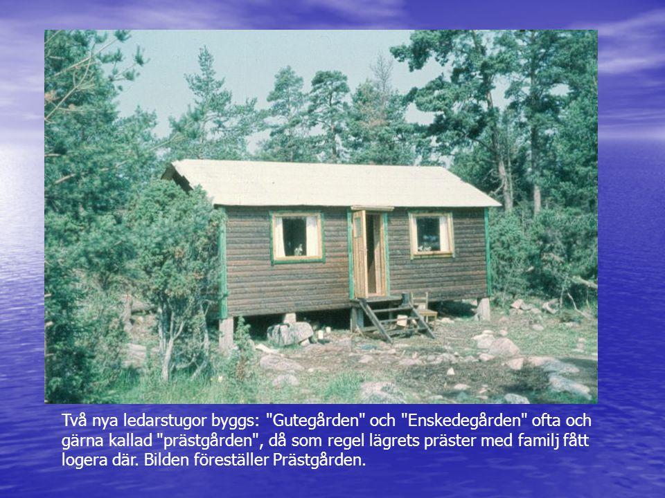 Två nya ledarstugor byggs: Gutegården och Enskedegården ofta och gärna kallad prästgården , då som regel lägrets präster med familj fått logera där. Bilden föreställer Prästgården.