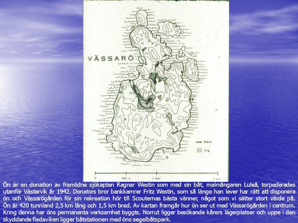Ön är en donation av framlidne sjökapten Ragnar Westin som med sin båt, malmångaren Luleå, torpederades utanför Västervik år 1942. Donators bror bankkamrer Fritz Westin, som så länge han lever har rätt att disponera ön och Vässarögården för sin rekreation hör till Scouternas bästa vänner, något som vi sätter stort värde på. Ön är 420 tunnland 2,5 km lång och 1,5 km bred. Av kartan framgår hur ön ser ut med Vässarögården i centrum. Kring denna har öns permanenta verksamhet byggts. Norrut ligger besökande kårers lägerplatser och uppe i den skyddande fladaviken ligger båtstationen med öns segelbåtspark.