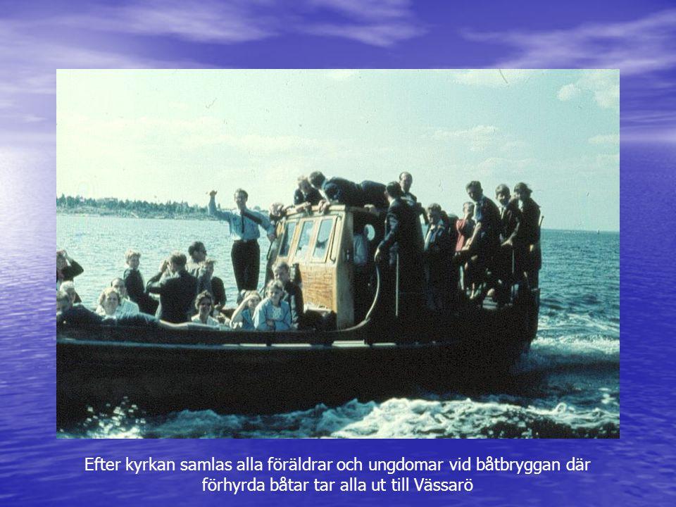 Efter kyrkan samlas alla föräldrar och ungdomar vid båtbryggan där förhyrda båtar tar alla ut till Vässarö