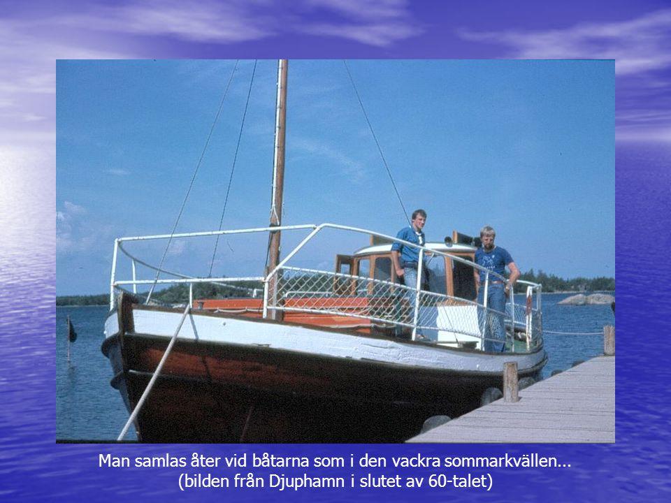 Man samlas åter vid båtarna som i den vackra sommarkvällen