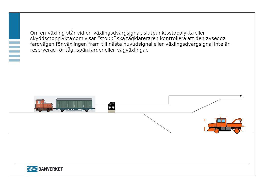 Om en växling står vid en växlingsdvärgsignal, slutpunktsstopplykta eller skyddsstopplykta som visar stopp ska tågklareraren kontrollera att den avsedda färdvägen för växlingen fram till nästa huvudsignal eller växlingsdvärgsignal inte är reserverad för tåg, spärrfärder eller vägväxlingar.