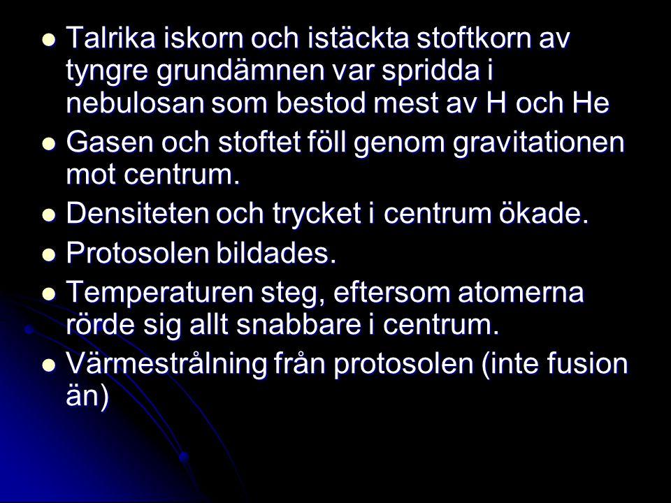 Talrika iskorn och istäckta stoftkorn av tyngre grundämnen var spridda i nebulosan som bestod mest av H och He