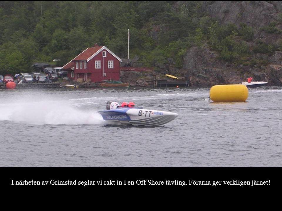 I närheten av Grimstad seglar vi rakt in i en Off Shore tävling