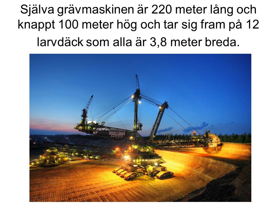 Själva grävmaskinen är 220 meter lång och knappt 100 meter hög och tar sig fram på 12 larvdäck som alla är 3,8 meter breda.