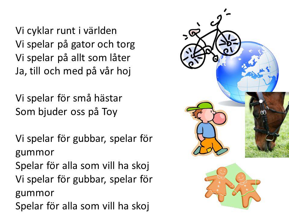 Vi cyklar runt i världen Vi spelar på gator och torg Vi spelar på allt som låter Ja, till och med på vår hoj