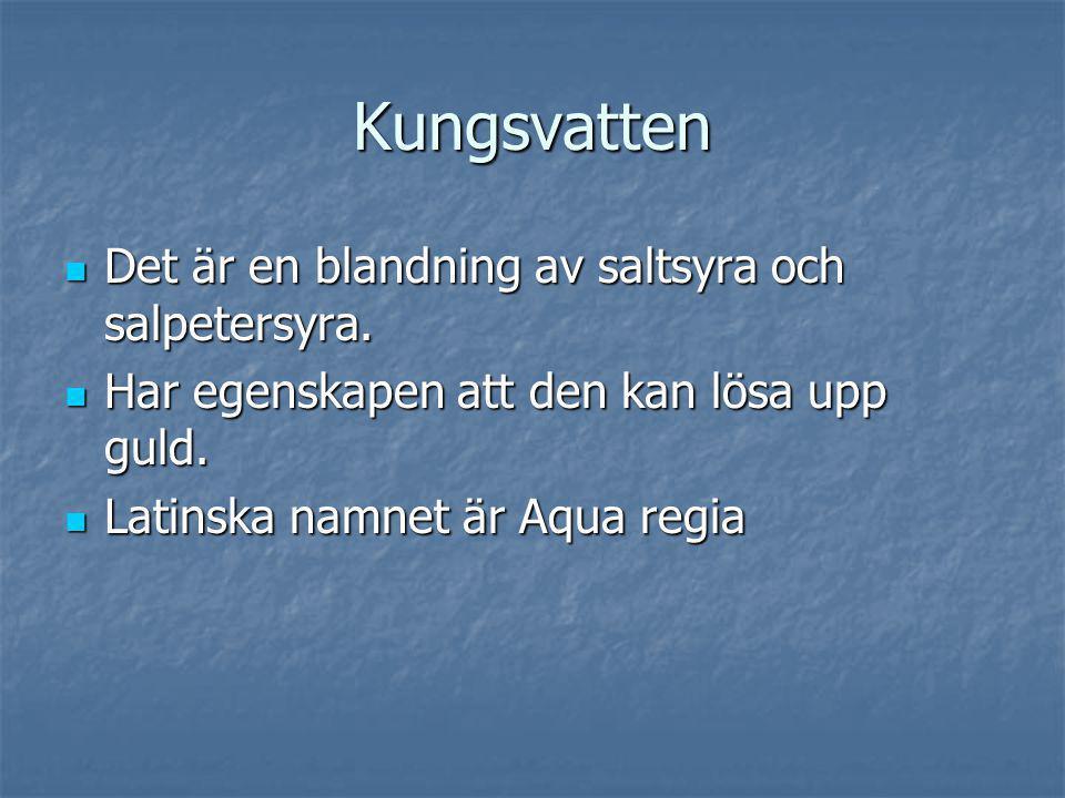 Kungsvatten Det är en blandning av saltsyra och salpetersyra.