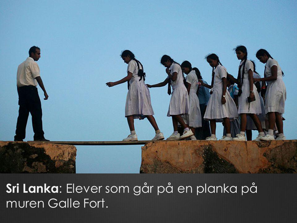 Sri Lanka: Elever som går på en planka på muren Galle Fort.