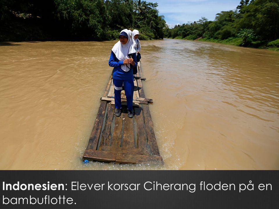 Indonesien: Elever korsar Ciherang floden på en bambuflotte.
