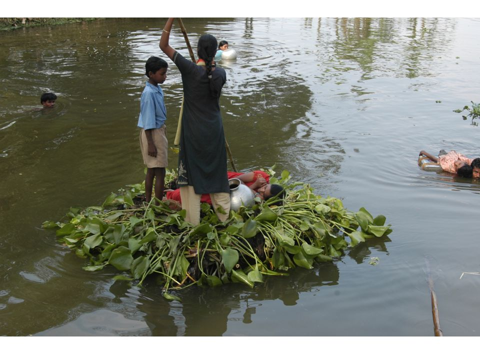 Medlemmar ur räddningsenheten övar på att rädda människor som hamnat i vattnet efter exempelvis en cyklon.