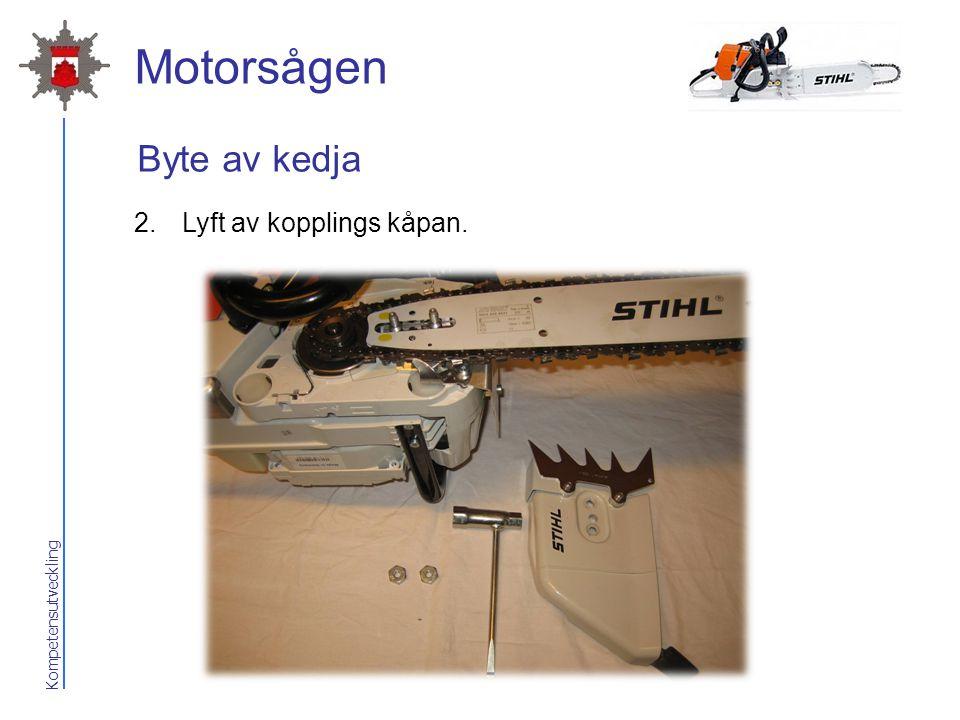 2017-04-07 Motorsågen Byte av kedja Lyft av kopplings kåpan.