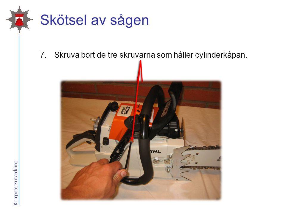 2017-04-07 Skötsel av sågen Skruva bort de tre skruvarna som håller cylinderkåpan.