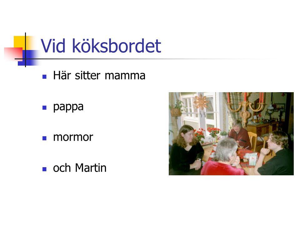 Vid köksbordet Här sitter mamma pappa mormor och Martin