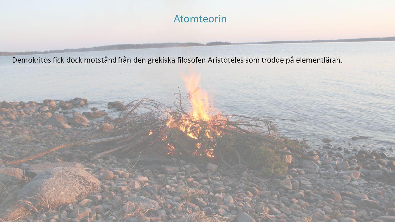 Atomteorin Demokritos fick dock motstånd från den grekiska filosofen Aristoteles som trodde på elementläran.