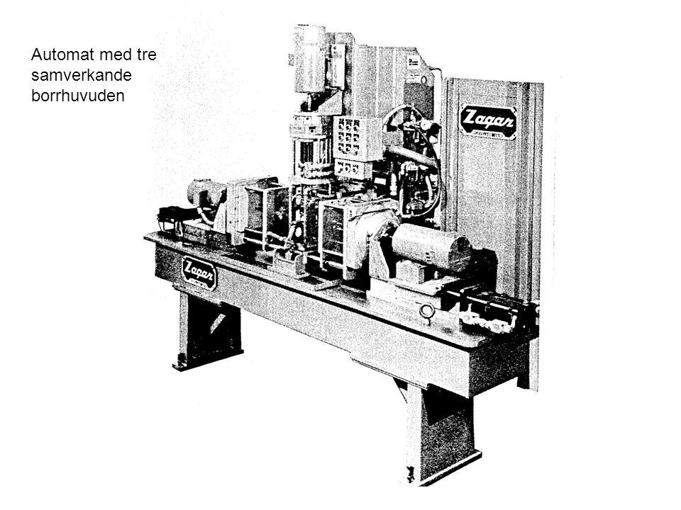 Automat med tre samverkande borrhuvuden