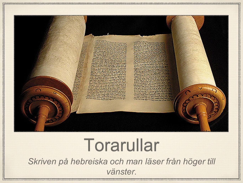 Skriven på hebreiska och man läser från höger till vänster.