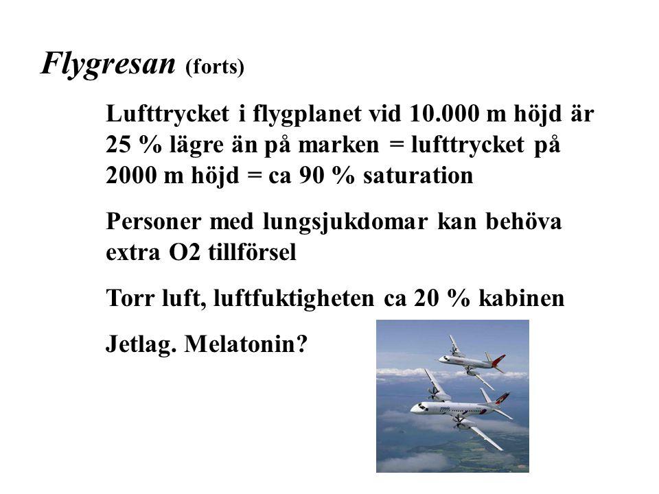 Flygresan (forts) Lufttrycket i flygplanet vid 10.000 m höjd är 25 % lägre än på marken = lufttrycket på 2000 m höjd = ca 90 % saturation.