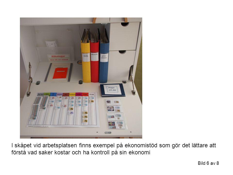I skåpet vid arbetsplatsen finns exempel på ekonomistöd som gör det lättare att förstå vad saker kostar och ha kontroll på sin ekonomi