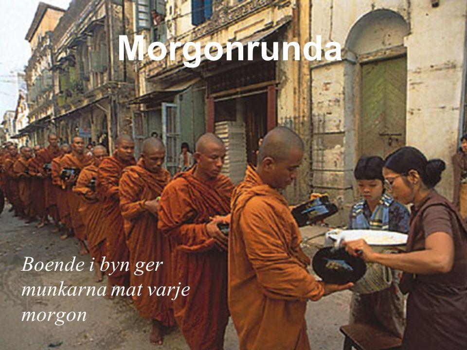 Boende i byn ger munkarna mat varje morgon