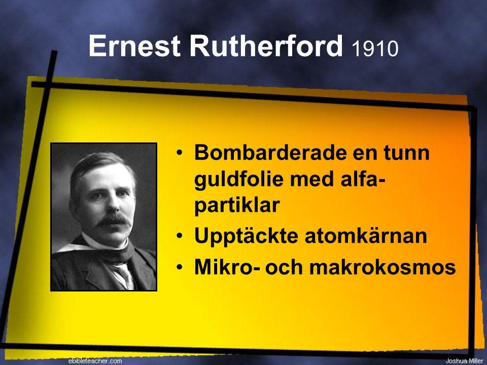 Ernest Rutherford 1910 Bombarderade en tunn guldfolie med alfa-partiklar.