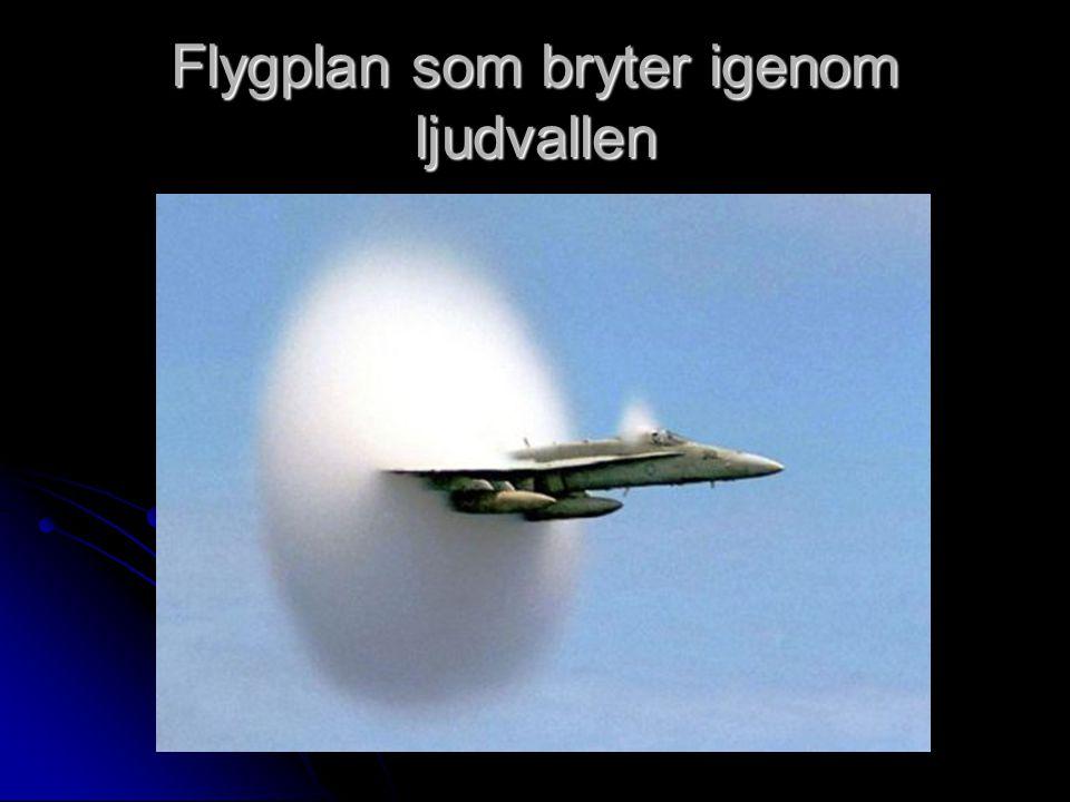 Flygplan som bryter igenom ljudvallen
