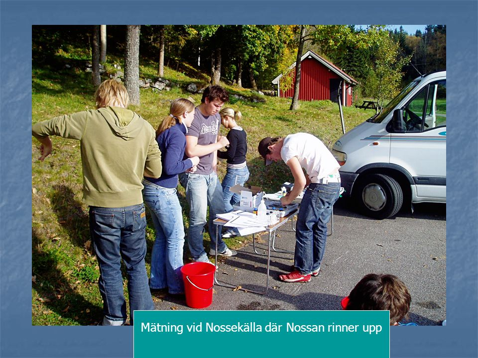 Mätning vid Nossekälla där Nossan rinner upp